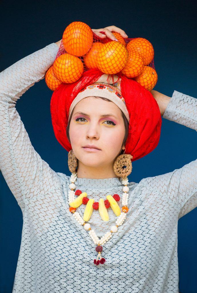 נשים פירות וכיסויי ראש
